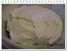 domácí pomazánkové máslo 1 velký bílý jogurt 250 ml smetany na šlehání Jogurt jemně promícháme se smetanou. Takto vzniklou hmotu nalijeme na cedník, který si vyložíme kouskem plátna. Jemně vyždímáme a necháme hmotu 24 hodin odpočinout. Výsledná hmota jde krásně roztírat a  můžete si ji ochutit podle vlastní chuti - smaženou cibulkou, kousky pokrájené šunky a na jaře bude vynikající s čerstvými bylinkami!