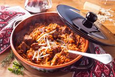 The perfect Greek lamb stew recipe with orzo pasta (Greek lamb giouvetsi)! Juicy, melt-in-the-mouth lamb stew in a delicious tomato-based sauce and orzo. Slow Cooker Pasta, Slow Cooker Recipes, Slow Cooked Greek Lamb, Orzo Pasta Recipes, Chicken Recipes, Greek Appetizers, Lamb Stew, Lamb Dishes, Browning
