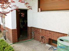 Von der Garage führt eine Tür direkt zum Grundstück.