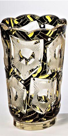 Gebrüder Lorenz, Steinschönau, um 1925 Vase  Farbloses Glas mit teils matt belassenen Schliffornamenten, Gelbbeize und Edelschwarz. Umlaufender Dekor in zweireihigem Rapport. Achtpassig geschliffener Mündungsrand. H. 20 cm Fine Art Auctions, Vase, Czech Glass, Artist At Work, Germany, Yellow, Stones, Deutsch, Vases