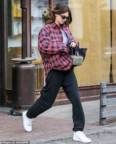 Kendall Jenner unbuttons her baggy plaid jacket after making a coffee run in West Hollywood Kendall Jenner Estilo, Kendall Jenner Outfits, Kylie Jenner, Stylish Outfits, Fashion Outfits, Plaid Fashion, Fall Outfits, Plaid Jacket, Plaid Coat