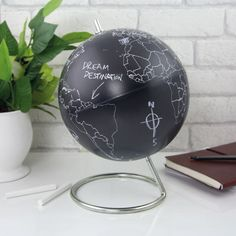 Goed kunnen bijhouden welke plekken op de wereld je hebt bezocht én tegelijkertijd een mooie eyecatcher in je huis hebben? Dan is deze wereldbol met schoolbordverf echt iets voor jou! Kleur met een krijtje de landen in waar je bent geweest, of waar je nou juist nog naartoe wilt gaan. --- reiscadeaus / reiscadeau / travel gifts / travel gift