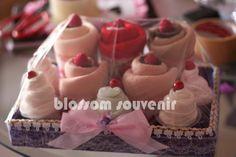 cupcake  from : http://milmol.wordpress.com/2011/11/16/dekorasi-seserahan/