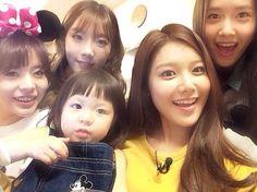 Girls' Generation and Chu Sarang Take a Selca Together