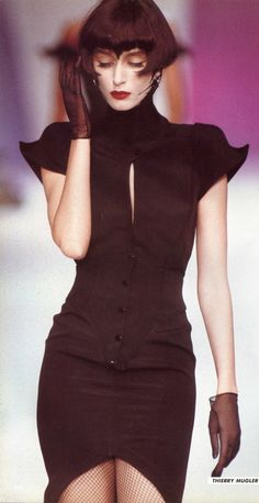 la robe noire ▲ thierry mugler show haute couture fashion style mode black dress kleid Dark Fashion, 80s Fashion, Runway Fashion, High Fashion, Vintage Fashion, Womens Fashion, Gothic Fashion, Fashion Art, Haute Couture Style