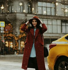 snow, taxi, lady in red, red coat, coat, hat, red hat, city, photo shoot, photo session, lights, xmas, christmas, winter, model, city photo, зима, снег, модель, красное пальто, пальто, шляпа, фотосессия, зимняя фотосессия, город, Москва, moscow