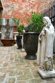 Water Element or Statue: A main focal point adds impact and drama to the space. #FrenchQuarter #courtyard