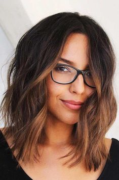 37 Trendy Hairstyles For Medium Length Hair │ Hairstyles For Medium Wavy Hair ❤️ Are you searching for beach wavy hairstyles for medium length hair ideas? We have a collection of chic beach wavy hairstyles and some styling tricks. Brunette Hair Color With Highlights, Hair Highlights, Brunette Color, Color Highlights, Medium Hair Styles, Curly Hair Styles, Medium Curly, Medium Hair Cuts Wavy, Medium Long