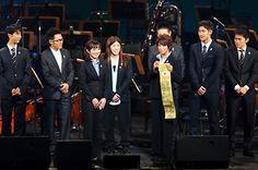 ロンドンからソチへ。松本薫選手から足立友里恵選手に黄金の「たすき」がプレゼントされた(写真:アフロスポーツ)