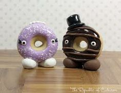 I think a donut wedding cake is defintely not for me. But 2 donuts on top of a cake like this would be cute!