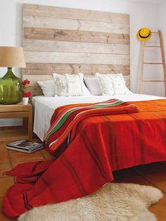 Espíritu eco El cabecero, a base de lamas de madera reciclada dispuestas en horizontal, añade calidez al dormitorio.