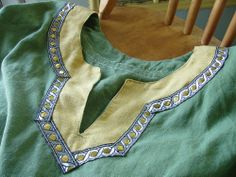 Keyhole neckline - really like the facing and trim.  From Gwen Erin Natural Fibers blog.