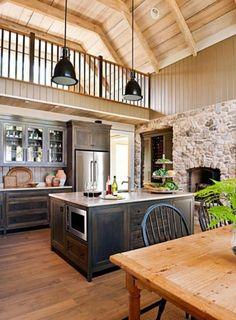 ilot central de cuisine en bois foncé pour la cuisine sous pente avec un plafond en bois