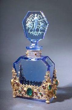 Blue perfume bottle - Blue glass is so clear. Blue Perfume, Antique Perfume Bottles, Vintage Perfume Bottles, Glass Perfume Bottles, Vintage Glassware, Glass Vase, Perfumes Vintage, Glas Art, Beautiful Perfume