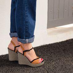 Sandale compensée marron et noir en cuir velours Une sandale compensée très graphique avec ses motifs en forme de losange sur l'enrobage du talon. Talon : 11 cm. Patin : 2.5 cm. Fabriqué en France. •#SHOESINMYLIFE On l'associe parfaitement avec une combinaison pantalon ou une jupe mi-longue. •Prendre votre pointure habituelle.