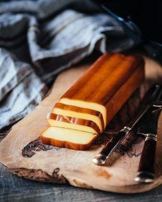 人気インスタグラマーのマッキーさん(@mackinpo)が「富士山麓 樽熟原酒50°」に合わせるのは、スモークチーズ。ウイスキー&スモークチーズといえば王道の組み合わせ。市販品を購入するイメージのスモークチーズだが、実は燻製鍋さえあれば簡単にできる。もちろんそのままいただいても抜群に美味しく、色々な料理にも使うことができる。今回はピートスモークパウダーも使用し、より本格的な燻製チーズに仕上げた。マッキーさん直伝、材料3つで簡単に作れる自家製スモークチーズのレシピを紹介。