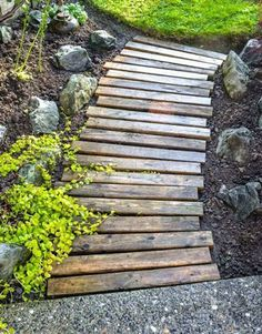 Une allée de jardin en planche de palettes en bois