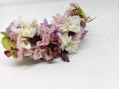 Peineta de hortensia blanca, lila y rosa, phalaris color natural, limonium, paniculata blanca y broom... Las flores utilizadas para esta corona son preservadas y secas, 100 % naturales. Ideal para niñas de Comunión o invitada a una celebración. A diferencia de una corona de