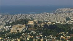 エーゲ海に面したギリシアの首都アテネ…海から内陸に向かうと、要塞のような岩山がそびえています。その山頂に2500年も前に築かれたのが<パルテノン神殿>です。街のどこからでも眺めることができます!