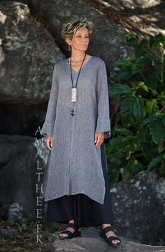 Asian style lovers: side slit charcoal linen gauze tunic Aozai from Amalthee Fashion Over Fifty, Funky Outfits, Cool Outfits, Hijab Fashion, Boho Fashion, Fashion Outfits, Womens Fashion, Beautiful Outfits, Linen Tunic
