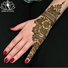A beautiful inspiring henna design! Mehndi artist unknown so please if you come across this image and you are or you know the artist please comment below and I will add it to the description! Mehndi Patterns, Arabic Mehndi Designs, Bridal Mehndi Designs, Mehndi Designs For Hands, Simple Mehndi Designs, Henna Tattoo Designs, Mehndi Simple, Henna Tattoos, Rangoli Designs