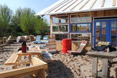 Belcrum Beach, het stadstrand van Breda. Bijna alles is gemaakt van restmaterialen. Het strandpaviljoen is gebouwd van stalen vakwerkspantjes uit een kas, kozijnen en deuren van de sloop van de Rijpstraat, pallets, etc. Lampen van oud servies of van leesbrillen. Picknicktafels van pallets en fotopanelen van Breda Photo.  http://www.belcrumbeach.nl/