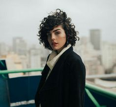 Do you like your wavy hair and do not change it for anything? But it's not always easy to put your curls in value … Need some hairstyle ideas to magnify your wavy hair? Thin Curly Hair, Natural Wavy Hair, Short Wavy Hair, Curly Hair Styles, Shaved Pixie Cut, Asymmetrical Bob Haircuts, Curly Bob Hairstyles, Hair Type, Hair Inspiration