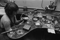 Eila-Minkkinen-1976 - Eila Minkkinen - Wikipedia Jewelry Editorial, Vintage Modern, Modern Jewelry, Jewellery, Jewels, Schmuck, Jewelry Shop, Jewlery, Jewelery