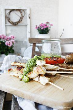 Petit Gâteau : Putenspieß mit Kräuter-Mandelpesto - perfekt für die lange Grillsaison