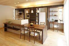 ブラックウォールナットのテーブルと一体の横型対面キッチン。壁面収納には冷蔵庫、電子レンジなど、手の届く範囲に必要なものが収納できます。|キッチン|アイランド|インテリア|カウンター|タイル|ダイニング|おしゃれ|壁面収納|ウッド| Loft Interior Design, Living Dining Room, White Living Room Decor, Kitchen Room Design, Home Kitchens, Kitchen Design Small, Cabin Kitchens, Kitchen Room, Muji Home