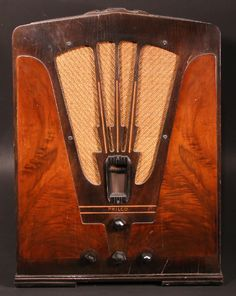 Philco Art Deco radio Poste Radio Vintage, Vintage Music, Vintage Wood, Vintage Industrial, Retro Radios, Antique Radio Cabinet, Art Nouveau, Old Technology, Old Time Radio