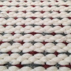 Handwoven rug with cotton and linen yarn Crochet Flats, Hand Weaving, Textiles, Hobby Ideas, Rugs, Cotton, Shades, Fashion, Spinning