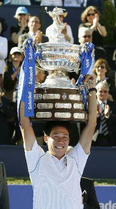 バルセロナ・オープンの男子シングルスで今季2度目、通算5度目のツアー制覇を果たし、カップ(どでか!)を掲げる錦織圭=27日、バルセロナ(共同)