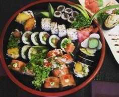 It's papu time! Smaczne sushi w niskiej cenie? Violet Sushi & Yakitori i ich nowe menu 5-10-15. Miejsce dobrze Poznaniakom znane i lubiane. Taki zestawik skomponowałem sobie z nowego promocyjnego menu.Ładny? Jasne że ładny. Kryje się w nim jedna zaskakująca pozycja - Uramaki Wegi. Wegetariańska wersja sushi z zielonymi szparagami w tempurze. Mimo że wegetariański to bardzo smaczny. Mówi to rasowy mięsożerca więc uwierz że było naprawdę dobre. Potwierdza to moją teorię. Tempura sprawia że…