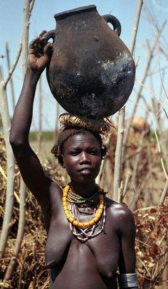 Africa | Dassanetch woman. Ethiopia |  © Walter Callens