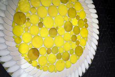 La Grande Épicerie de Paris investit la Rive droite, rue de Passy. A cette occasion, Le Bon Marché confie à Mathilde Jonquière la création de 4 fresques figuratives de 20 m2 mettant en majesté les produits et les savoir-faire. Pour la fresque de la Pâtisserie, elle créée un jeu d'échelles visuel entre image fictive macro et image réelle micro. Les émaux de verre jaune fluo de la tarte aux citrons sont disposés sur un fond de grès cérame noir mat, donnant un contraste contemporain à ses…