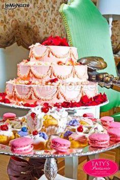 http://www.lemienozze.it/gallerie/torte-nuziali-foto/img21612.html Torta nuziale e dolci colorati