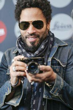 """Flash"" - Leica Gallery Wetzlar opened the first photo exhibition of the artist Lenny Kravitz with a solemn vernissage Lenny Kravitz, Lisa Bonet, Hard Rock, Beautiful Men, Beautiful People, Folk Rock, Piercing, Estilo Hippie, Raining Men"