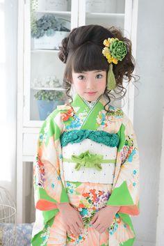 Japanese Kimono little girl. Yukata Kimono, Kimono Japan, Kimono Dress, Japanese Kimono, Japanese Outfits, Japanese Fashion, Japanese Kids, Wedding Kimono, Kanzashi