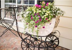 An old buggy filled with trailing flowers (kept in their pots) greets guests as they arrive at a baby shower. Container Flowers, Flower Planters, Garden Junk, Garden Art, Trailing Flowers, Grandmas Garden, Flower Cart, Baby Buggy, Baby Shower Vintage