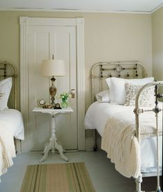 farmhouse bedroom = iron bed frame and lots of distressed white. Why is the table in front of the door? Cottage Shabby Chic, Cottage Style, Cottage Design, Urban Cottage, White Cottage, Cozy Cottage, Farmhouse Bedroom Decor, Home Bedroom, Bedroom Ideas