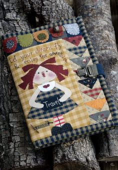 Solo patchwork-Sonia: Libros de Patchwork secret magazine... especial monograficos. Felt Doll Patterns, Applique Quilt Patterns, Wool Applique, Fabric Book Covers, Country Quilts, Free Motion Embroidery, Fabric Journals, Penny Rugs, Patchwork Designs