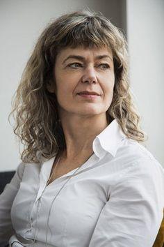 Sjøl vandrer dramaturgen og den nyslåtte forfatteren rundt i Oslo-gatene med smil på leppene. Hun har vært innom forlaget sitt, Gyldendal, og skrevet hilsener i bøkene de skal sende ut. Hun har blitt intervjua til Radio Gyldendals podcast og mange har lest Bjørns bok og sier de liker den veldig godt.