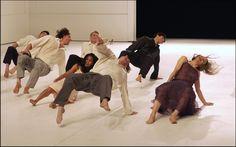 """IlPost - Ballerini del """"Tanztheater Wuppertal Pina Bausch"""" si esibiscono al Theatre de la Ville di Parigi ne 2003 (BERTRAND GUAY/AFP/Getty Images) - Ballerini del """"Tanztheater Wuppertal Pina Bausch"""" si esibiscono al Theatre de la Ville di Parigi ne 2003 (BERTRAND GUAY/AFP/Getty Images)"""