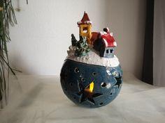 Bezauberndes, handgearbeitetes Windlicht aus Keramik. Dieses Windlicht ist ein absoluter Blickfang für Haus, Garten, Terrasse…. Geben Sie diesem Keramik-Einzelstück ein ganz besonderes Plätzchen. Kleine Unebenheiten und Ungleichmäßigkeiten in Ton und Glasur sind gewollt und ein Clay Christmas Decorations, Beginner Pottery, Air Dry Clay, Little Houses, Paper Mache, Ceramic Art, Polymer Clay, Creations, Carving
