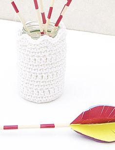 Crocheted Vase With Arrows Centerpiece - creative jewish mom Crochet Vase, Crochet Cup Cozy, Crochet Gifts, Diy Crochet, Simple Crochet, Crochet Ideas, Crochet Jar Covers, Mason Jar Projects, Crochet Accessories