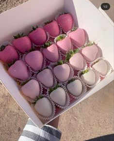Chocolate Coverd Strawberries, Chocolate Covered Treats, Covered Strawberries, Small Desserts, Cute Desserts, Chocolate Hearts, Chocolate Box, Strawberry Delight, Baking Business
