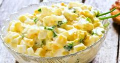 Salată de ouă - rețeta clasică: ușor de făcut. Rapid de făcut. Ieftin de făcut. Sățioasă, extrem de gustoasă și pe placul tuturor. Fă-o așa! Romanian Food, Raw Vegan, Vegetable Recipes, Carne, Potato Salad, Food To Make, Macaroni And Cheese, Good Food, Food And Drink
