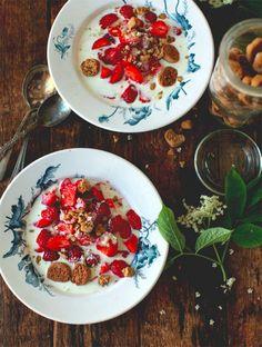 Koldskål med kammerjunkere// Summer Berries and Danish Cream // My New Roots Breakfast Recipes, Snack Recipes, Cooking Recipes, Healthy Recipes, Cooking Tips, Chef Taico, Scandinavian Food, Danish Food, Dumplings