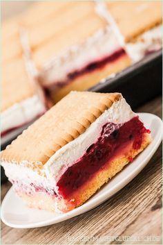 Butter biscuit cake with berries- Butterkeks-Kuchen mit Beeren Shortbread cake recipe - Baking Recipes, Cake Recipes, Dessert Recipes, Brunch Recipes, Sweet Recipes, Shortbread Cake, German Baking, Delicious Desserts, Yummy Food